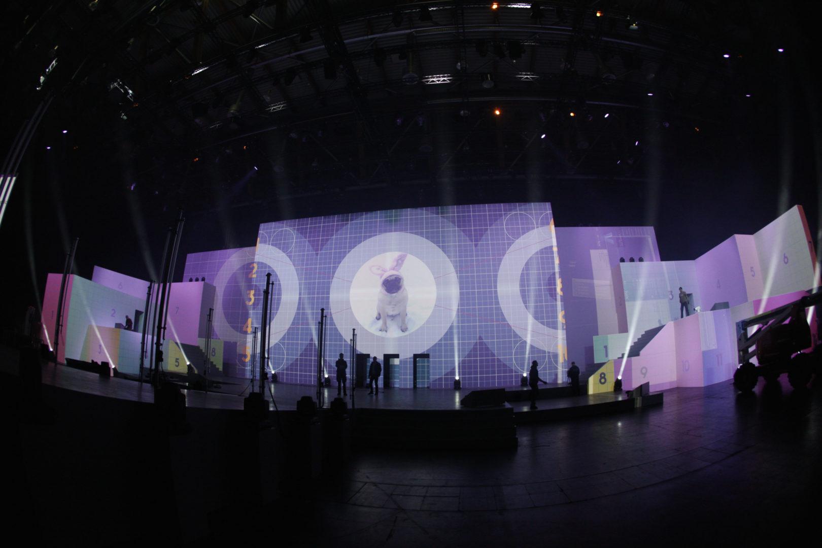 2D & 3D Event-Video-Mapping – oben eine planare Fläche, unten eine 3D-Struktur mit verschiedenen Ebenen