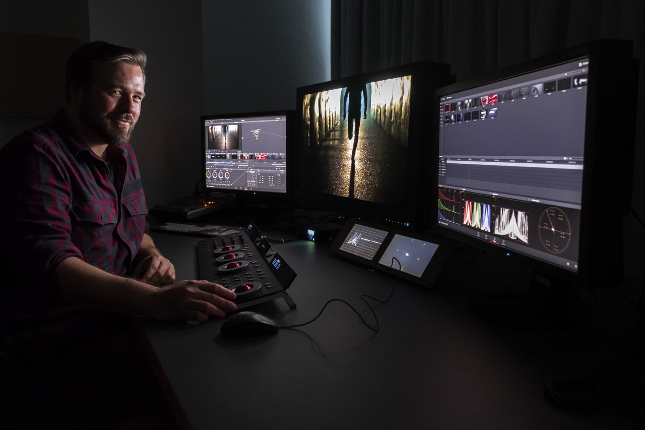 Marc Versteeg, Managing Partner bei Pirates 'N Paradise - am HDR Monitor Eizo CG3145
