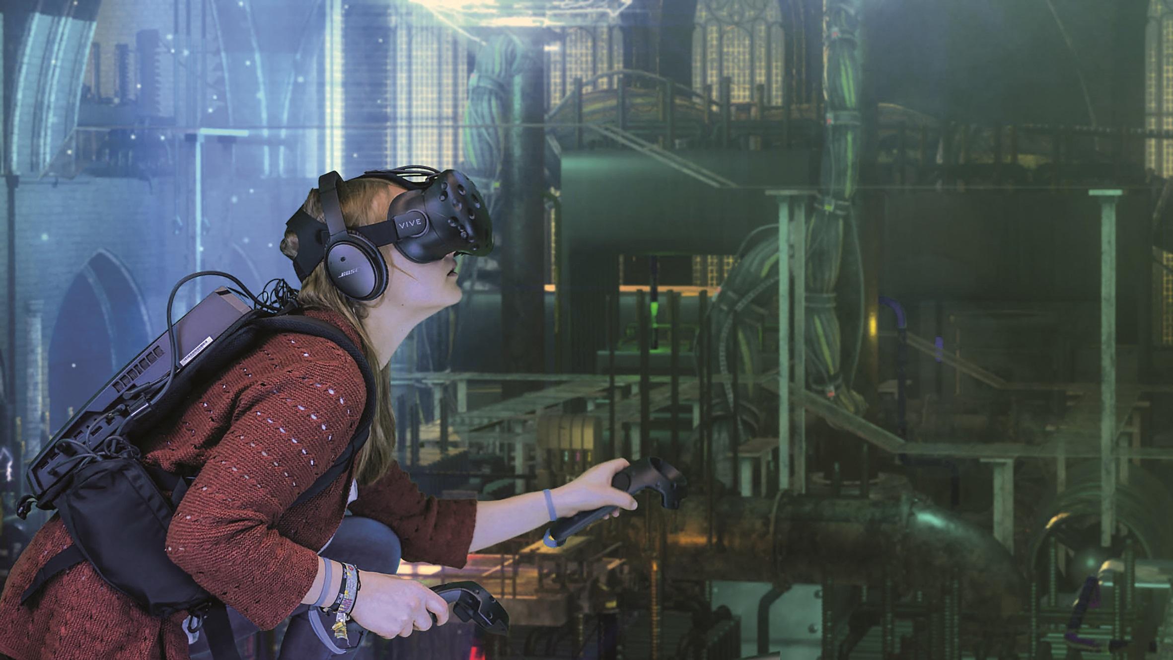 """Ausgerüstet mit einem HTC-Vive-Headset und Controllern, Kopfhörern sowie einem Backpack mit XMG-Walker-Rucksackrechnern können bis zu vier Gamer """"Huxley"""" gemeinsam spielen."""