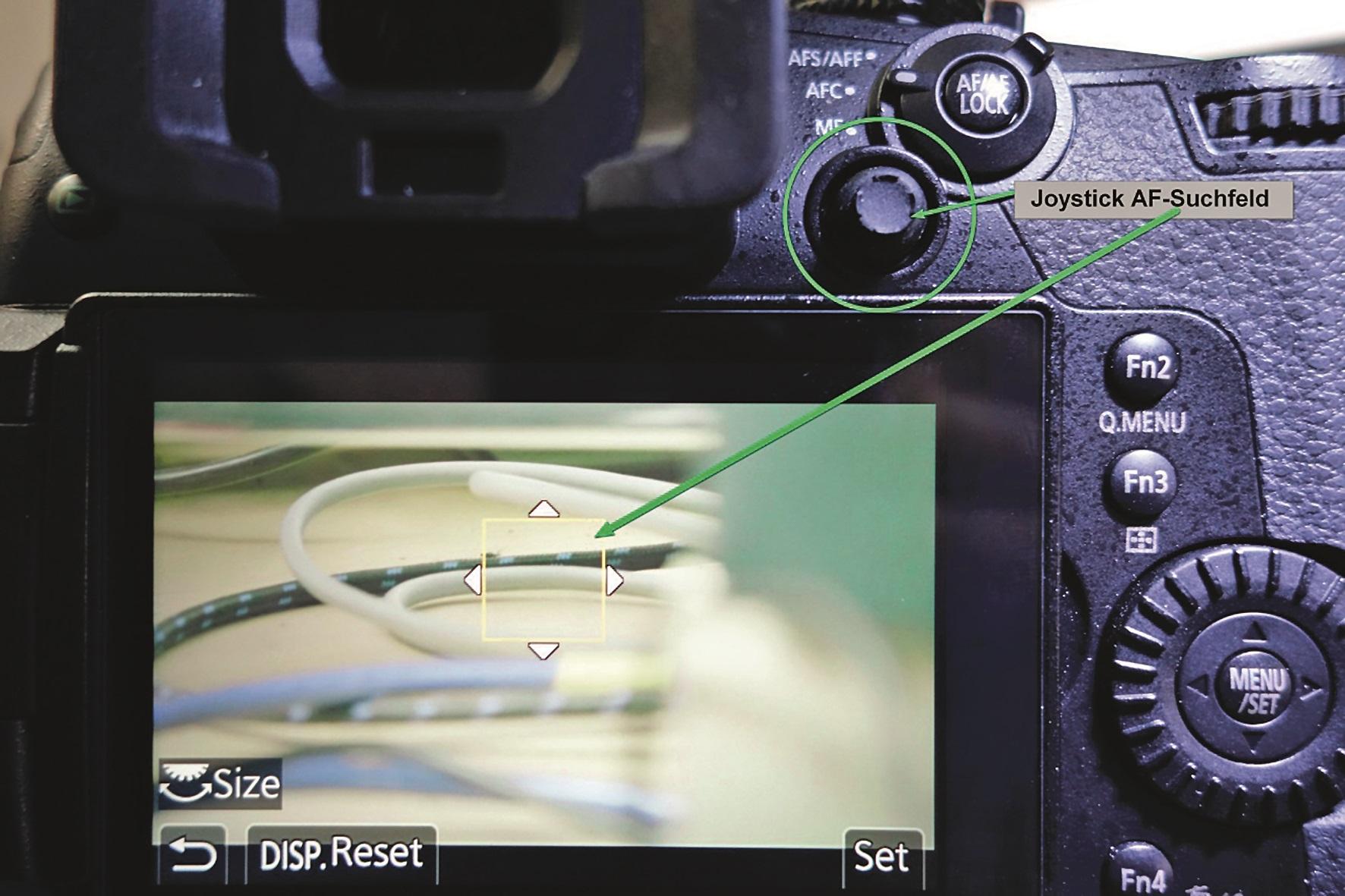 Unterstützend eingreifen kann man durch Halbdurchdrücken des Auslösers, sodass die Autofokus-Auslösung erzwungen wird.