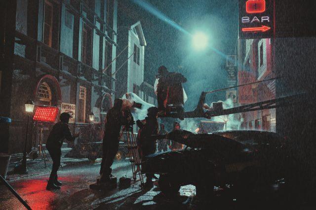 Realer nasser Dreh dank der vielen Regenmaschinen am Set der Film-Noir-Szenerie