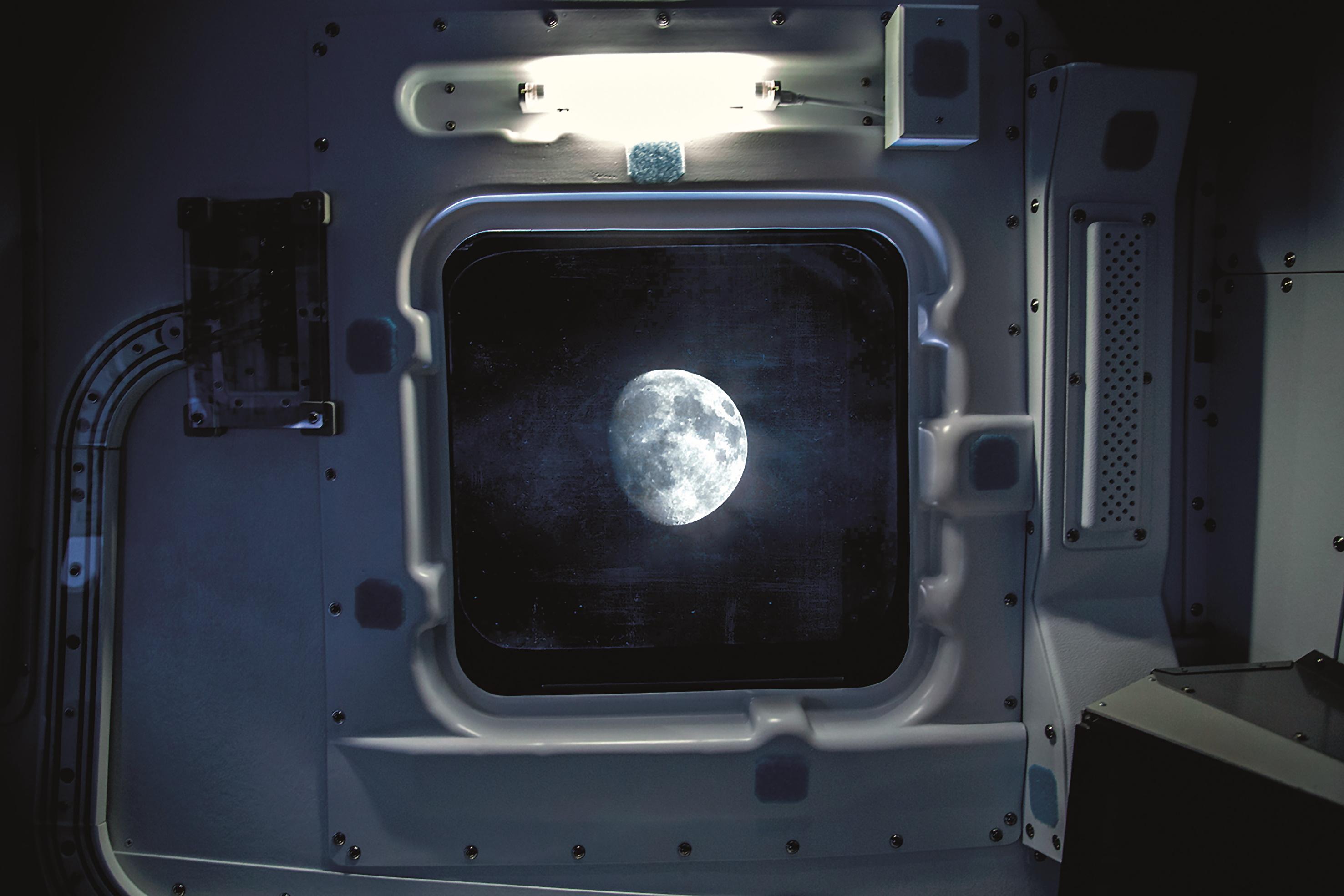 Artwork Shuttle mit Blick zum Mond
